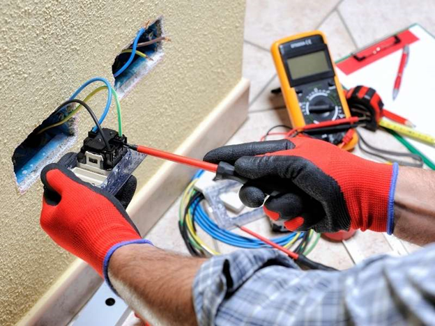 3 Reasons You Need to Call an Emergency Electrician Immediately